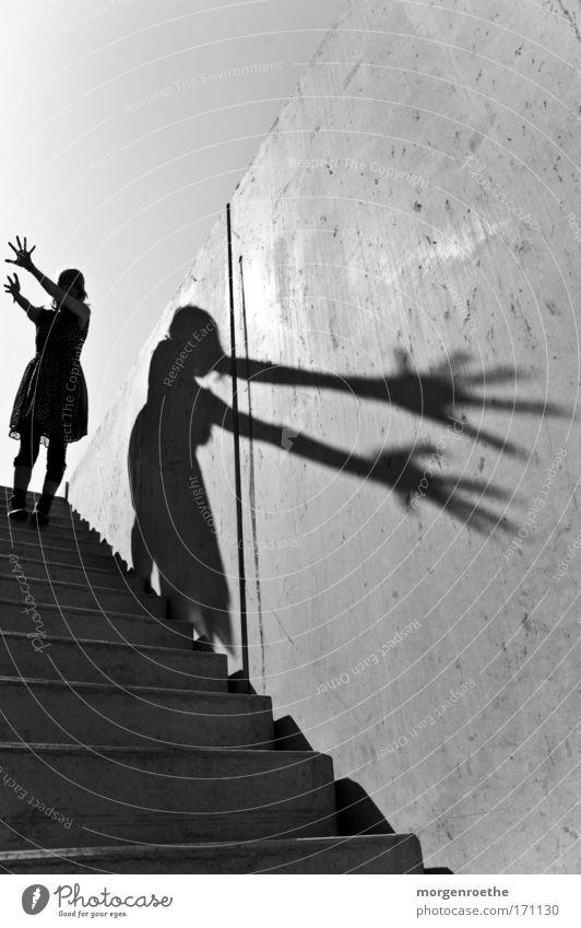 Der Wanderer und sein Schatten Frau Hand Sonne Wand Spielen Wärme Schatten Treppe Kleid Schwarzweißfoto