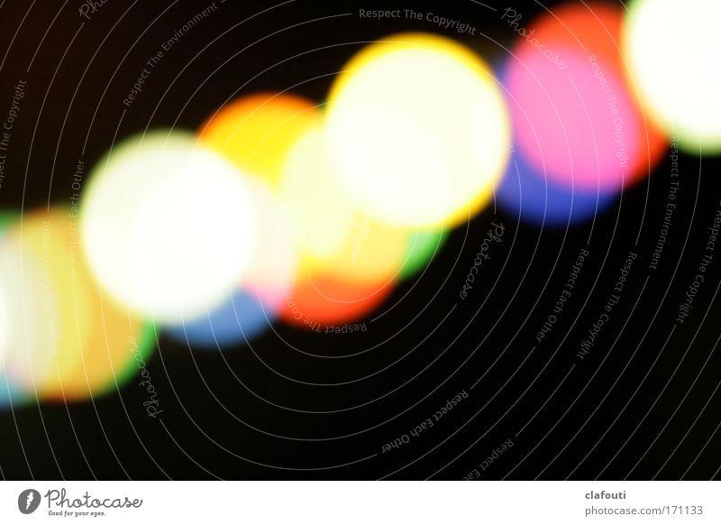 Grillpartyfestbeleuchtungslichterkette blau gelb rot schwarz Beleuchtung Nacht Lichtpunkt Farbfoto Textfreiraum rechts Textfreiraum unten Abend Kunstlicht