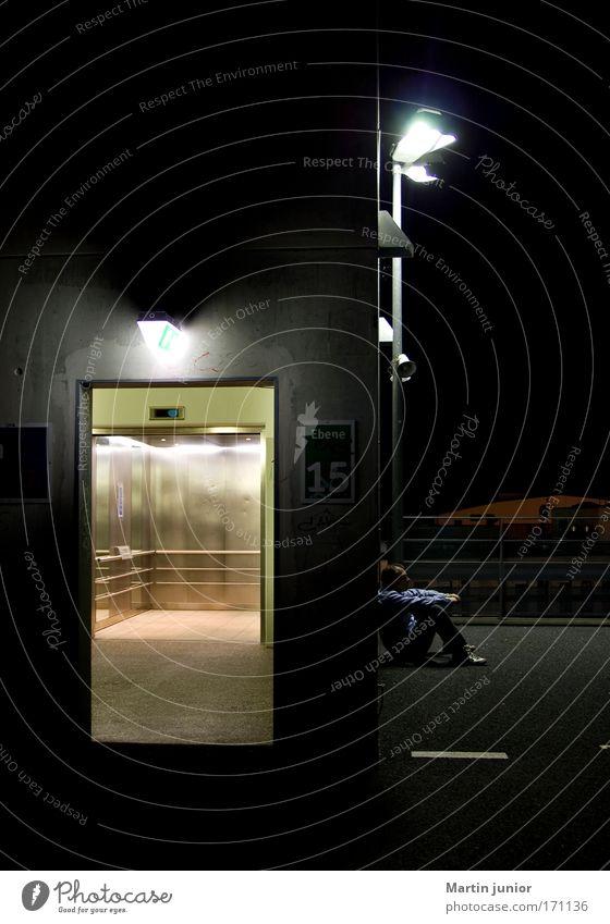 Warten Farbfoto Gedeckte Farben Außenaufnahme Nahaufnahme Textfreiraum oben Nacht Licht Wegsehen Lampe Nachtleben Arbeitslosigkeit Fahrstuhl Mensch maskulin