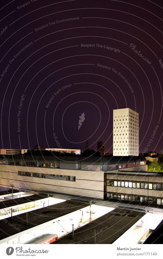 Eine gute Nacht Stadt Haus Architektur Gebäude hoch Hochhaus groß Eisenbahn Hamburg Dach Güterverkehr & Logistik Bauwerk Skyline Wirtschaft Bahnhof