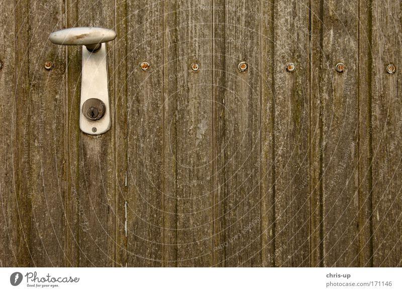 Griff an Holztor alt schwarz Haus kalt Holz Gebäude Metall braun Tür dreckig trist retro Kitsch Bauwerk Tor Rost