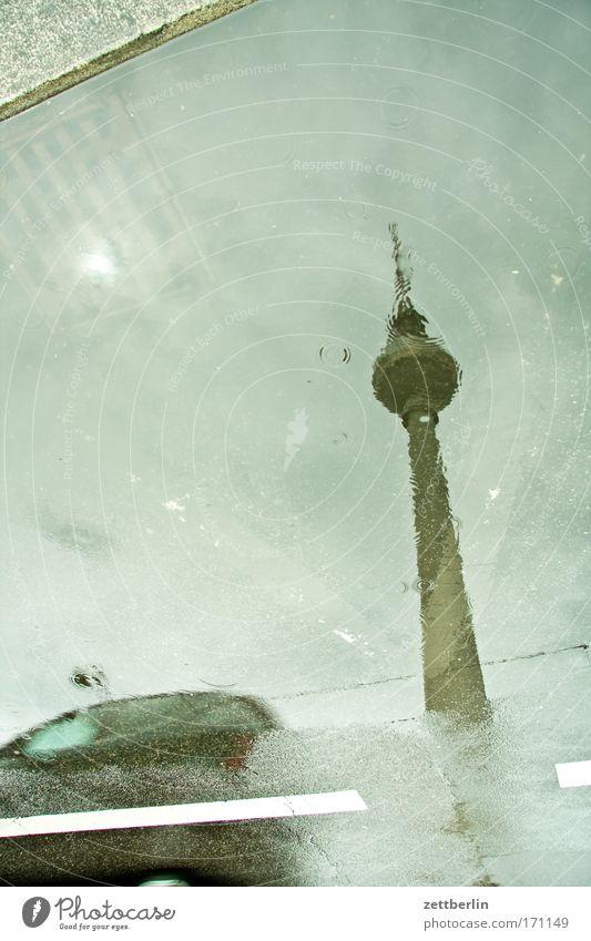 Regen mit Auto Wasser Straße Berlin PKW Regen Straßenverkehr Wassertropfen Verkehr Tropfen Gewitter Pfütze Berliner Fernsehturm Hauptstadt Fernsehturm Alexanderplatz Flut