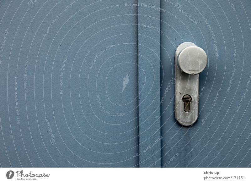 Tür mit Griff alt blau Haus kalt grau Gebäude Metall dreckig geschlossen Industrie trist rund retro einfach Bauwerk
