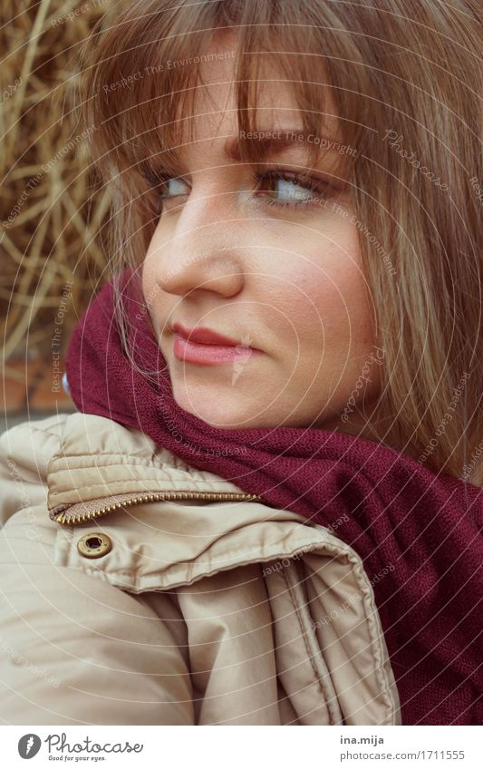 warm eingepackt Student Mensch feminin Junge Frau Jugendliche Erwachsene Leben Gesicht 1 18-30 Jahre 30-45 Jahre Herbst Jacke Mantel Schal Haare & Frisuren