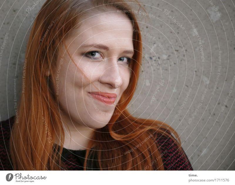 . feminin 1 Mensch Mauer Wand Pullover rothaarig langhaarig beobachten Lächeln Blick warten authentisch schön Freude Glück Zufriedenheit Lebensfreude