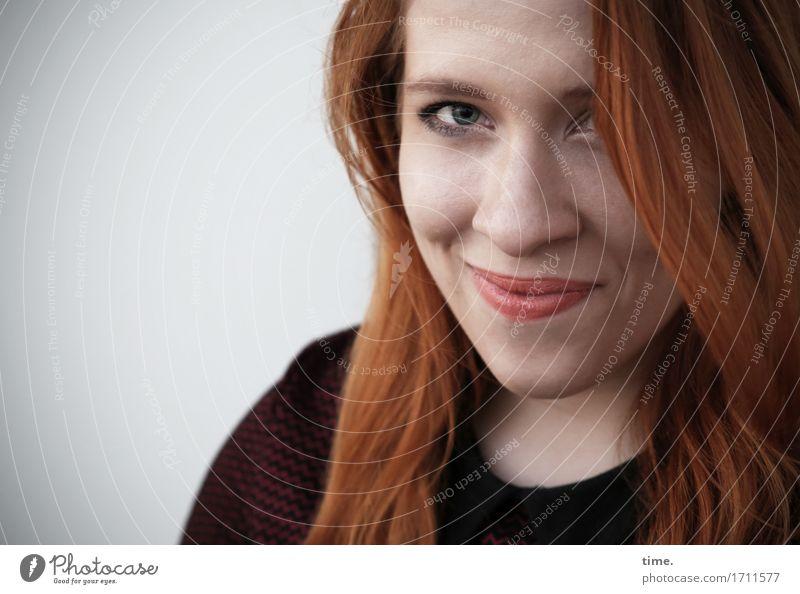 . feminin 1 Mensch Pullover rothaarig langhaarig beobachten Denken Lächeln Blick warten schön Wärme Glück Zufriedenheit Lebensfreude Vertrauen Geborgenheit