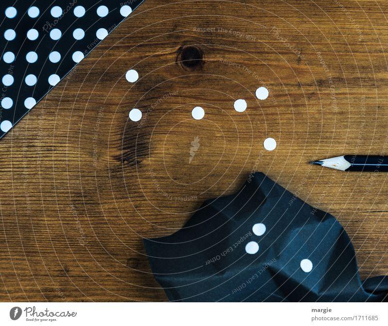Punkte sammeln: schwarzes Papier mit weißen Punkten und Bleistift auf einem Holz - Schreib- Tisch Bildung Schule lernen Prüfung & Examen Beruf Büroarbeit