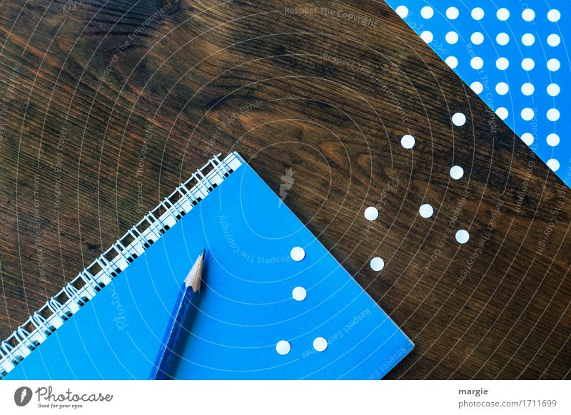 Punkte sammeln: Bleistift, Heft, Block, mit blauem Papier und weißen Punkten auf einem Holz - Schreibtisch Beruf Büroarbeit Arbeitsplatz Handel Medienbranche