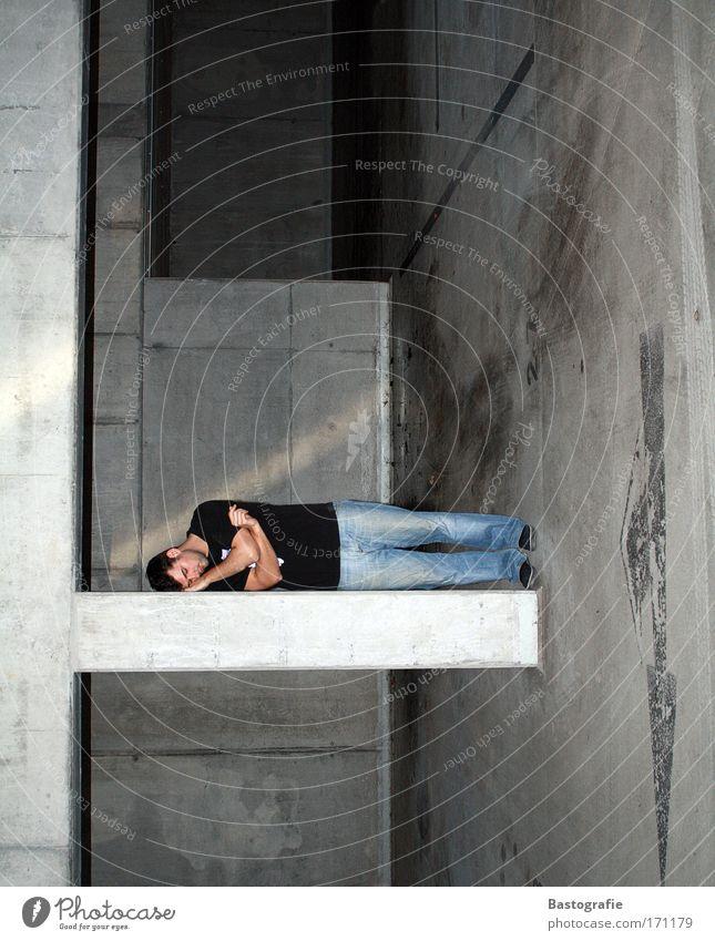 ich brauche auch meinen schlaf! Mensch Mann dunkel grau dreckig maskulin schlafen Perspektive liegen Müdigkeit Parkplatz Garage Erschöpfung Drehung Geschnarche