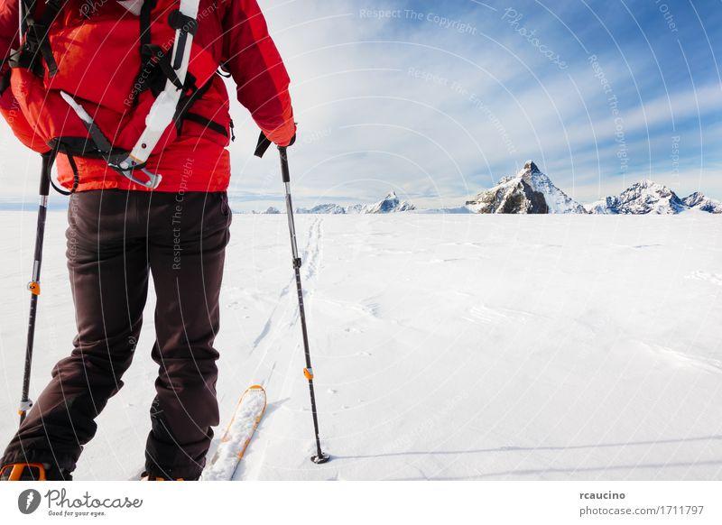 Mensch Himmel Natur Ferien & Urlaub & Reisen Mann Farbe weiß Landschaft rot Einsamkeit Winter Berge u. Gebirge Erwachsene Sport Schnee Textfreiraum
