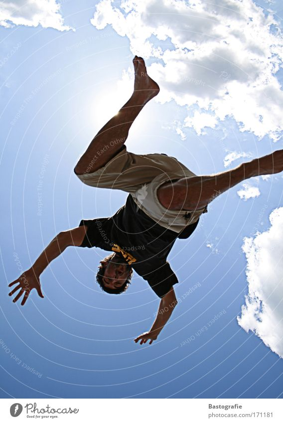vom himmel gefallen Mensch Mann blau Sommer Freude Wolken Gefühle Freiheit springen Gesundheit Kraft Freizeit & Hobby fliegen maskulin frei gefährlich