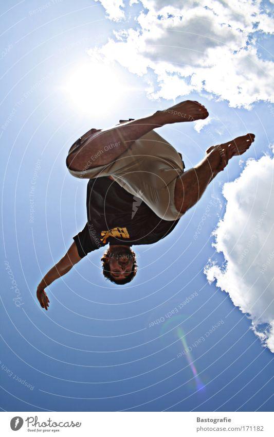 backflip Farbfoto Außenaufnahme Lifestyle Freizeit & Hobby Mensch maskulin 1 fliegen frei blau Gefühle Freude Lebensfreude Stunt Rückwärtssalto Salto fallen