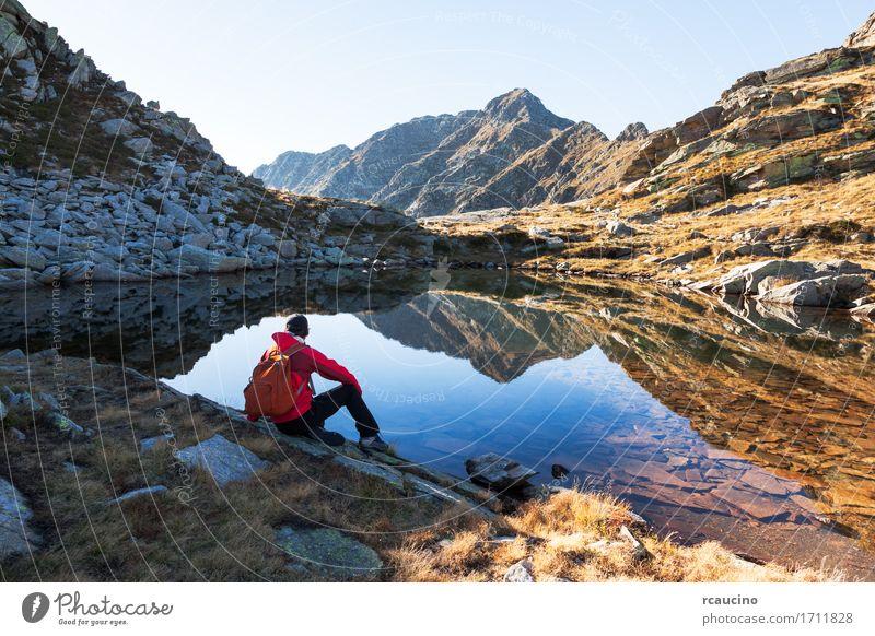 Männlicher Wanderer macht einen Rest, der als Nächstes ein Gebirgssee sitzt. Meditation Ferien & Urlaub & Reisen Tourismus Ausflug Abenteuer Expedition Sommer
