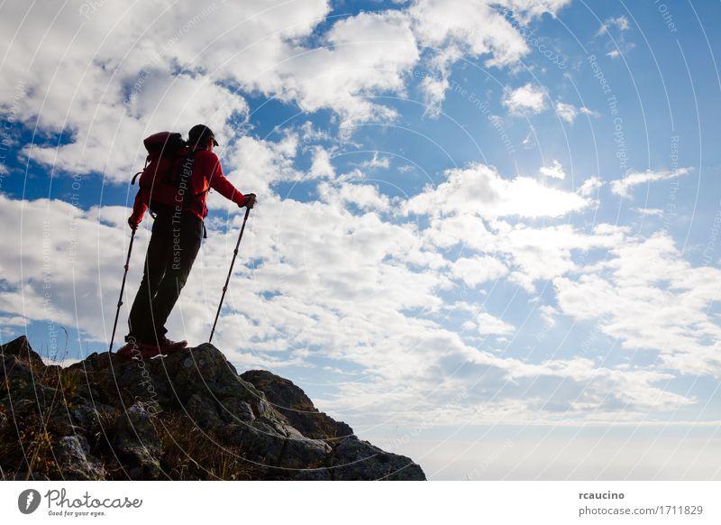 Männlicher Wanderer, der auf die Oberseite eines Berges steht. Himmel Natur Ferien & Urlaub & Reisen Mann blau Sommer Landschaft rot Einsamkeit Wolken