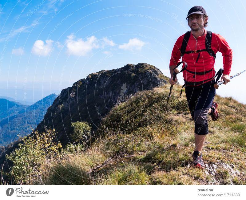 Skyrunner läuft bergauf einen Bergrücken entlang Mensch Himmel Natur Mann Sommer Sonne Landschaft rot Einsamkeit Berge u. Gebirge Erwachsene Wege & Pfade Sport