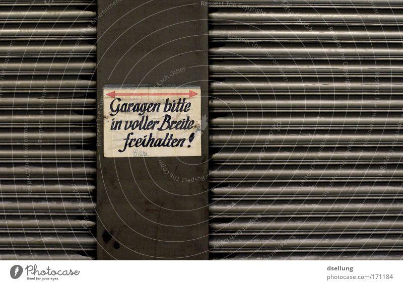 Volle Breitseite Farbfoto Innenaufnahme Menschenleer Kunstlicht Schatten Kontrast Zentralperspektive Bonn Deutschland Europa Parkhaus Garage Garagentor Tür