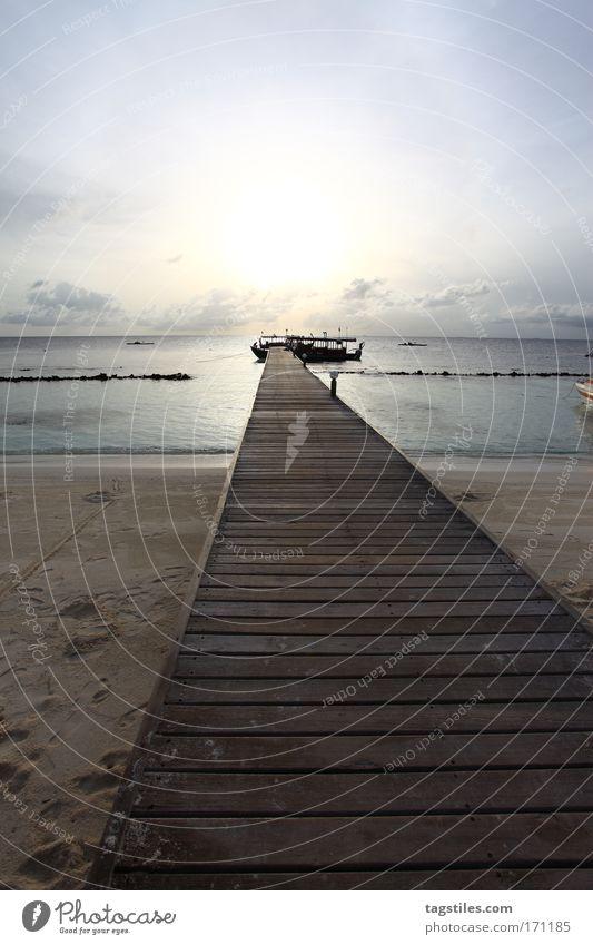 STEG ZUR REISE INS LICHT Sonne Meer Strand Ferien & Urlaub & Reisen Erholung Wasserfahrzeug Insel Reisefotografie Steg Malediven Süden wegfahren Fluchtpunkt