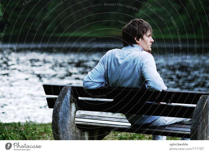cool weather harmonisch Wohlgefühl Erholung maskulin Junger Mann Jugendliche Wasser See beobachten Denken sitzen schön Zufriedenheit Gelassenheit geduldig ruhig