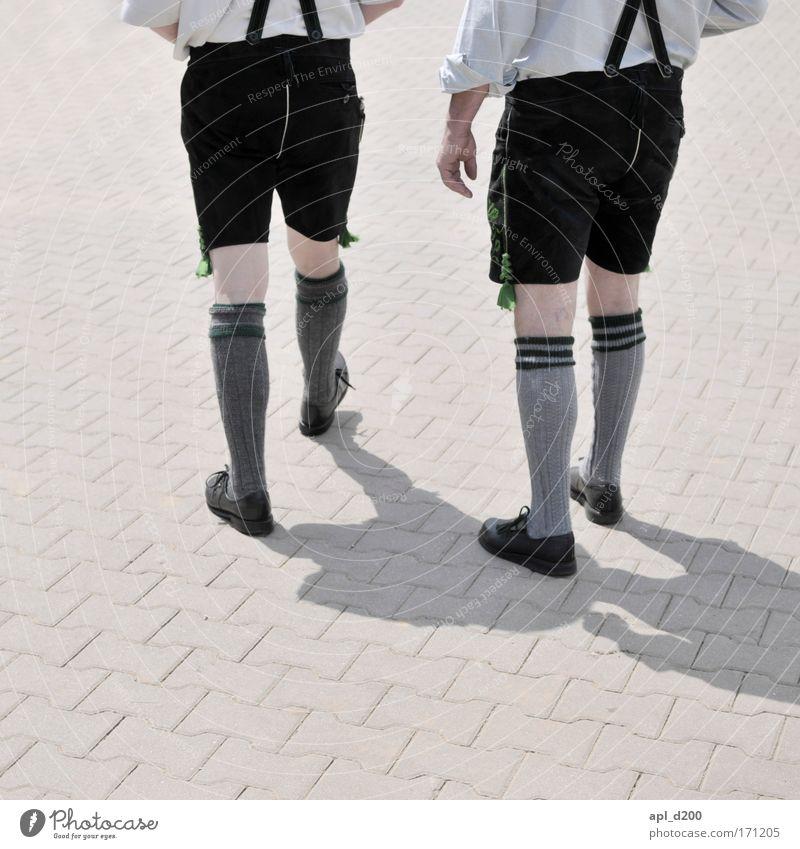 Mir san vom Woid Dahoam Mensch Mann grün Erwachsene Beine Fuß Zufriedenheit Zusammensein maskulin authentisch außergewöhnlich Coolness Gesäß