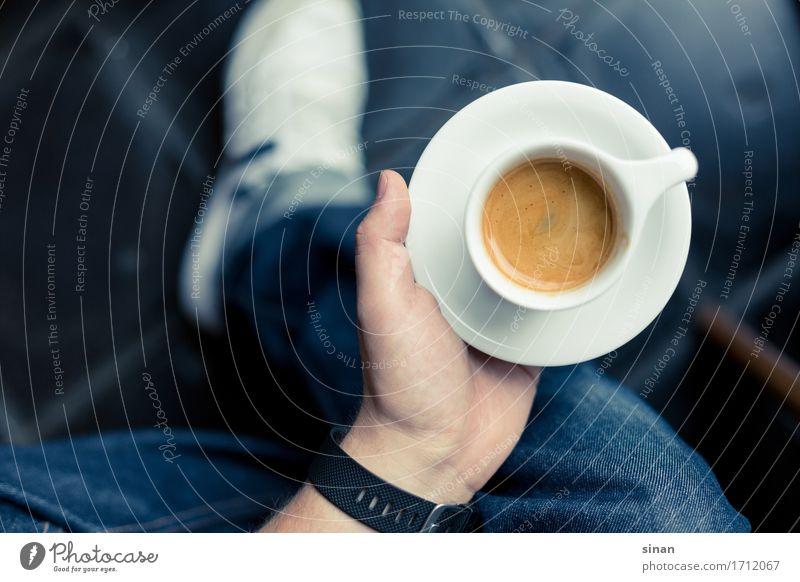 espresso in a hand blau weiß Hand Erholung dunkel Lifestyle Design elegant genießen Pause Getränk Kaffee Frühstück Jeanshose Tasse Turnschuh