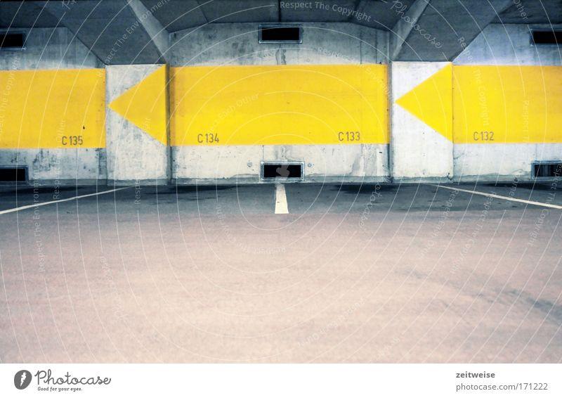 parkdeck c Farbfoto Innenaufnahme Textfreiraum unten Weitwinkel Stadt Parkhaus Mauer Wand Beton kalt Ordnung leer grau Wegweiser Parkdeck Parkplatznummer Pfeil