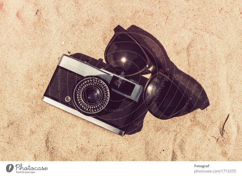 Kamera und Sonnenbrille im Urlaub Lifestyle elegant Ferien & Urlaub & Reisen Tourismus Ausflug Abenteuer Safari Expedition Camping Sommer Sommerurlaub