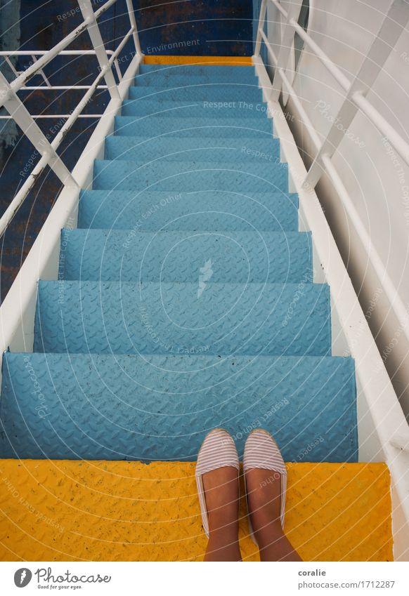 Spaziergang auf Deck Junge Frau Jugendliche Fuß 1 Mensch 13-18 Jahre 18-30 Jahre Erwachsene stehen Treppe Fähre Schifffahrt Wasserfahrzeug hell-blau gelb