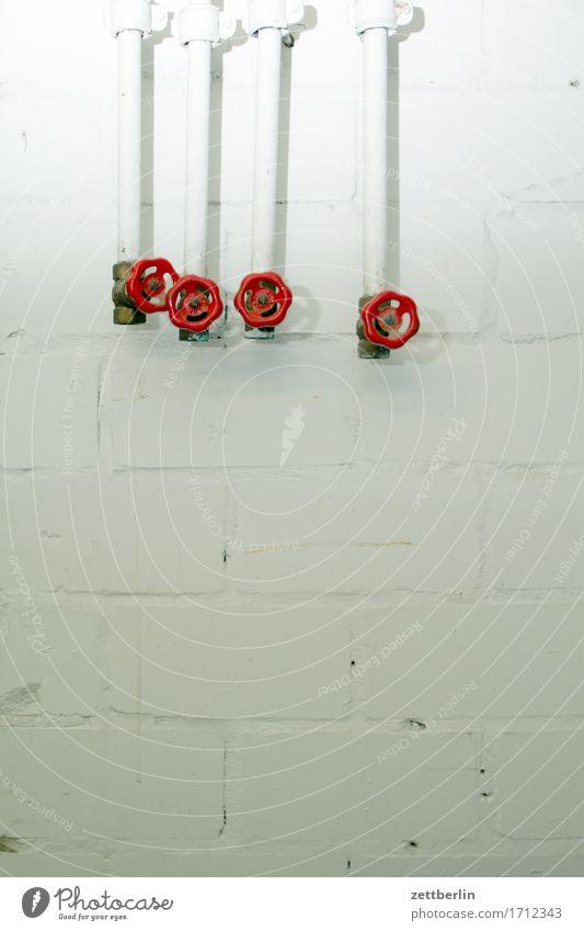 Vier Ventile Gasleitung handrad Hausmeister haustechnik Heizung Heizungsrohr Installationen Keller Leitung Rohrleitung Güterverkehr & Logistik Menschenleer Rad