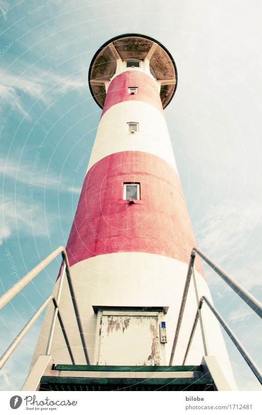Leuchtturm Eingang von unten im flutenden Sommerlicht Tor Treppe Fenster Bauwerk Architektur Fassade Sehenswürdigkeit rot weiß Wahrheit Fernweh Orientierung