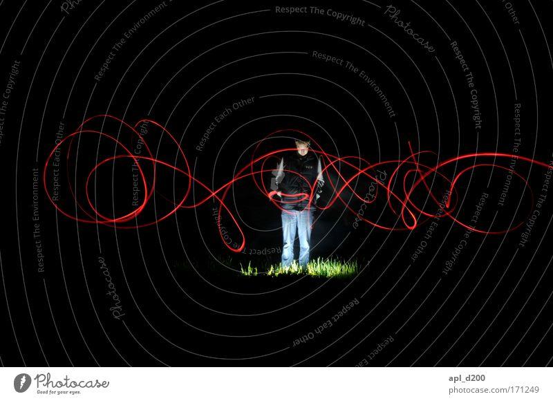 Wiesenglühen drei Farbfoto Außenaufnahme Experiment Textfreiraum oben Textfreiraum unten Nacht Kunstlicht Lichterscheinung Zentralperspektive Blick nach unten