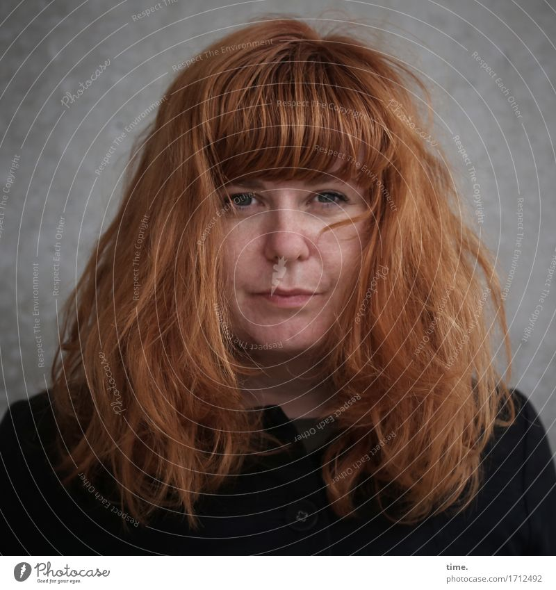 . feminin 1 Mensch Mauer Wand Jacke rothaarig langhaarig beobachten Denken Blick warten dunkel schön selbstbewußt Akzeptanz Schutz Wachsamkeit ruhig