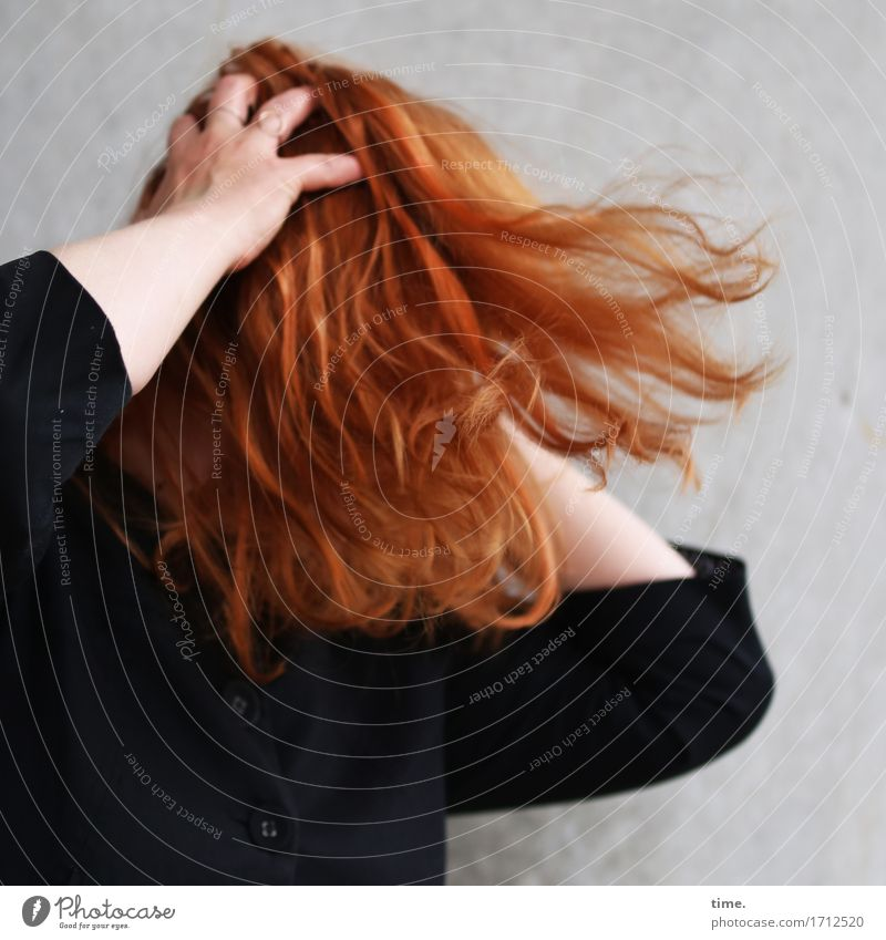 . feminin 1 Mensch Jacke rothaarig langhaarig Bewegung leuchten Aggression rebellisch verrückt wild Lebensfreude Euphorie Willensstärke Mut Leidenschaft