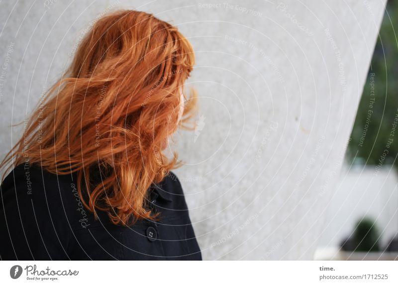 . feminin 1 Mensch Mauer Wand Jacke rothaarig langhaarig Bewegung drehen wild Wachsamkeit Neugier Interesse entdecken Erwartung bedrohlich Inspiration