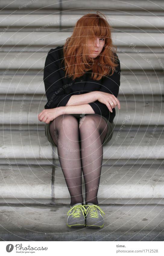 . feminin 1 Mensch Treppe Jacke Turnschuh rothaarig langhaarig beobachten Denken Blick sitzen warten Schutz Wachsamkeit Traurigkeit Sorge Müdigkeit Enttäuschung