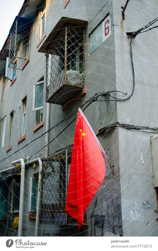 Flagge zeigen Stadt rot ruhig Haus Architektur Stil grau Fassade authentisch Ecke Zeichen Schutz Fahne Stadtzentrum eckig Politik & Staat