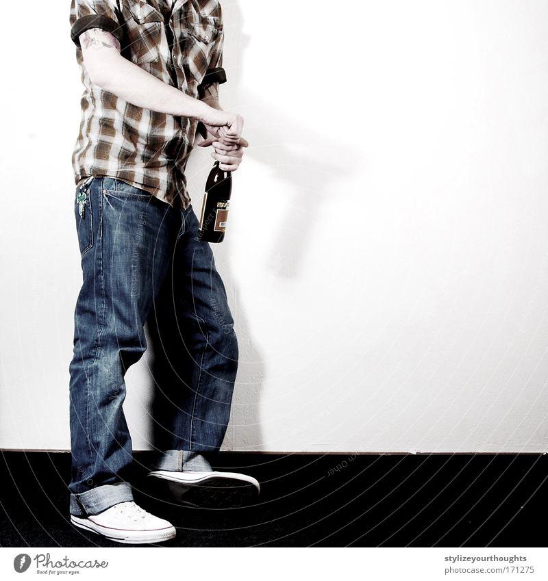kompensierung diverster seelischer tiefschläge 02 Mensch Mann Jugendliche Erwachsene Gefühle Traurigkeit Stimmung Kunst Fuß Glas Arme maskulin Trauer Jeanshose