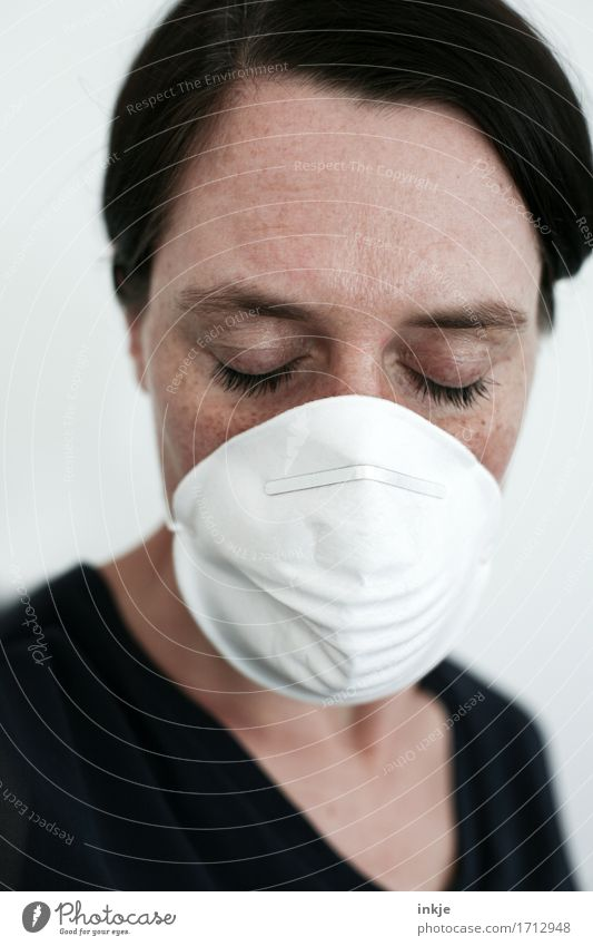 die eingebildeten Kranken   Kriegsenkel Gesundheit Krankheit Allergie feminin Frau Erwachsene Leben Gesicht 1 Mensch 30-45 Jahre Mundschutz Gefühle Erschöpfung