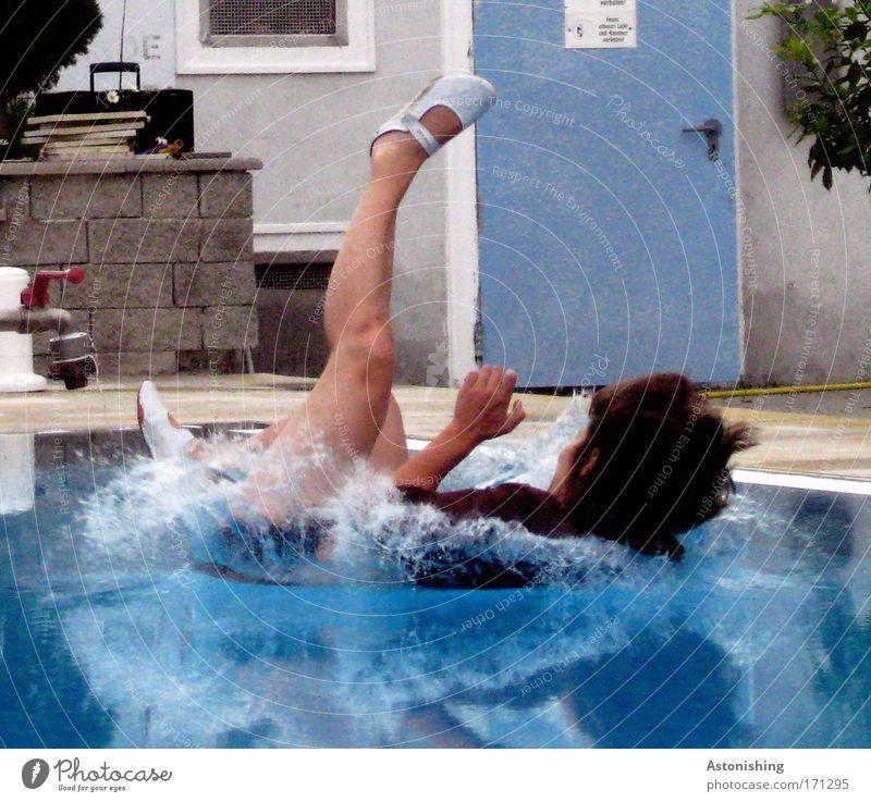 unfreiwillig baden gegangen Mensch blau Pflanze feminin kalt Haare & Frisuren Garten Stein Beine Fuß Tür Schuhe Arme Haut nass Schwimmen & Baden