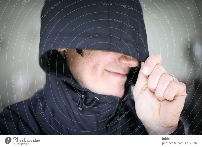 verlegen Mensch Frau Hand Freude Gesicht Erwachsene Leben Gefühle Lifestyle Freizeit & Hobby Fröhlichkeit Lächeln Freundlichkeit Schutz Jacke verstecken