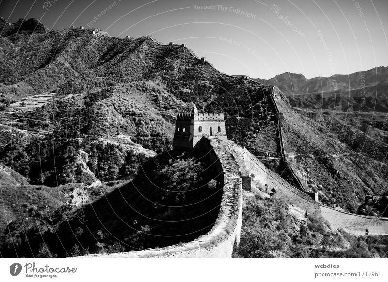 Gratwanderung Schwarzweißfoto Außenaufnahme Menschenleer Textfreiraum oben Abend Schatten Kontrast China Asien Turm Bauwerk Mauer Sehenswürdigkeit Wahrzeichen