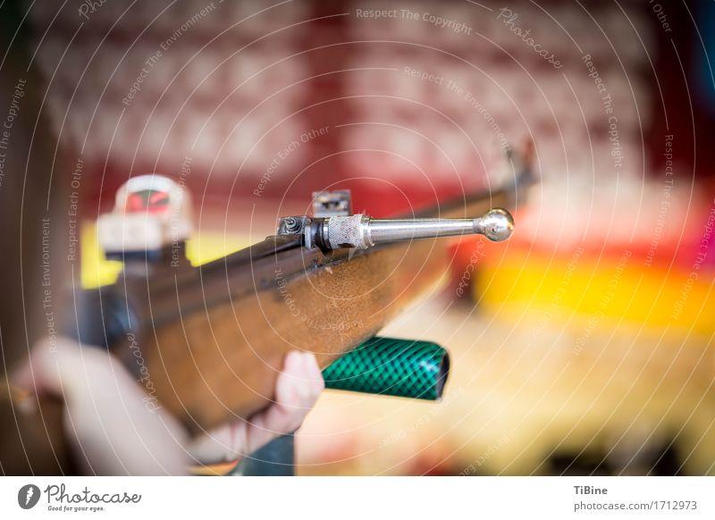 Schießbudengewehr Jahrmarkt Holz Metall Abenteuer Volksfest Gewehr Makroaufnahme schießen Farbfoto Außenaufnahme Textfreiraum rechts Tag Unschärfe
