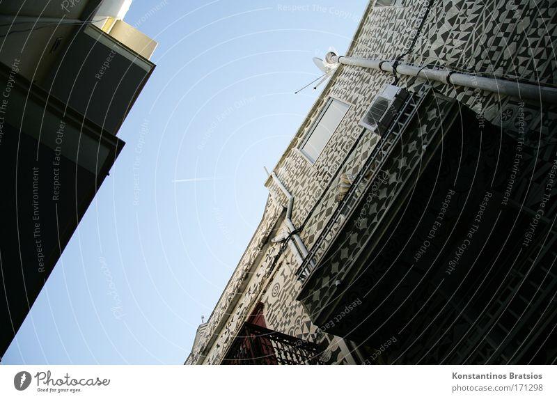 Musterhaus Farbfoto Außenaufnahme Menschenleer Tag Wolkenloser Himmel Schönes Wetter Griechenland Dorf Haus Fassade Balkon Satellitenantenne alt außergewöhnlich