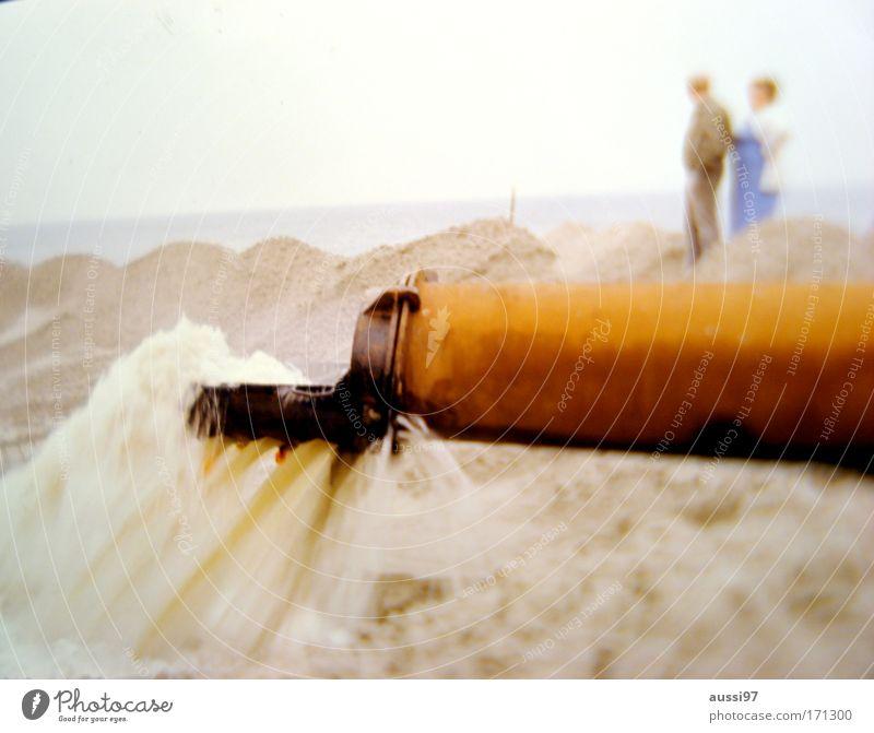 Vater, was ist das für eine Zeit? Farbfoto Außenaufnahme Textfreiraum unten Unschärfe Wegsehen Mensch Paar 2 Umwelt Landschaft Sand Klimawandel Küste Flussufer