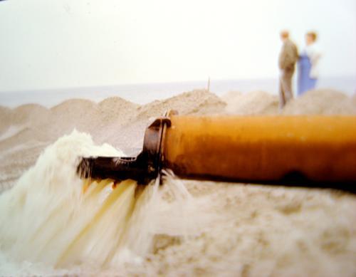 Vater, was ist das für eine Zeit? Mensch Mann Strand Umwelt Landschaft Küste Sand Paar Angst Klima bedrohlich Fluss Nordsee Flussufer Zukunftsangst Zerstörung