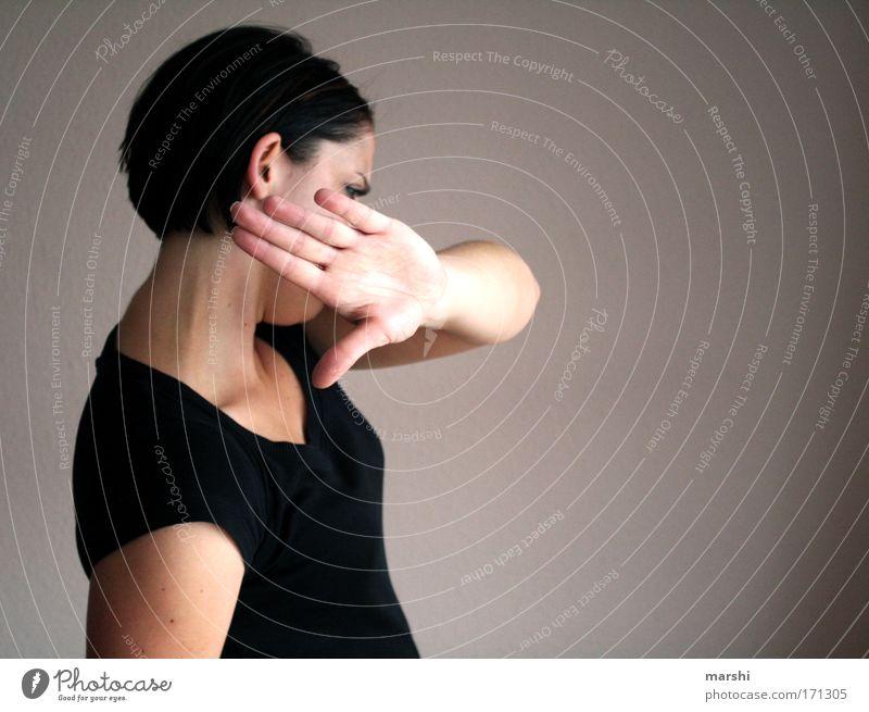 Papparazzi nerven! Frau Mensch Mann Hand ruhig feminin Gefühle Erwachsene Haare & Frisuren Stimmung maskulin Perspektive Lifestyle beobachten stoppen Neugier