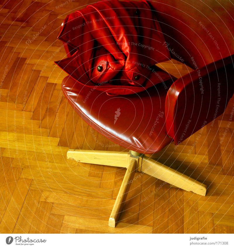 Rot alt rot ruhig Farbe Holz Wärme Mode Wohnung Bekleidung Stuhl Häusliches Leben Jacke Leder gemütlich Parkett Drehstuhl