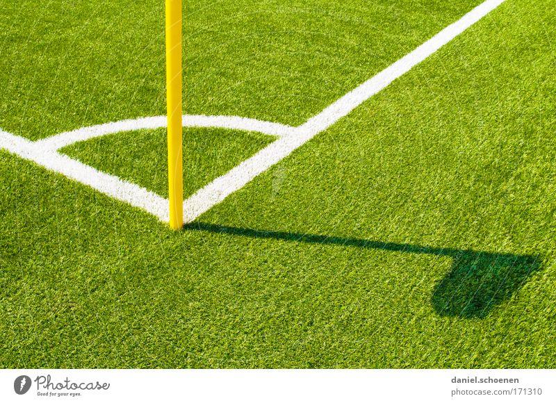 FC Amrum mehrfarbig Detailaufnahme Menschenleer Textfreiraum rechts Textfreiraum unten Schatten Silhouette Ballsport Fußball Sportstätten Fußballplatz Gras grün