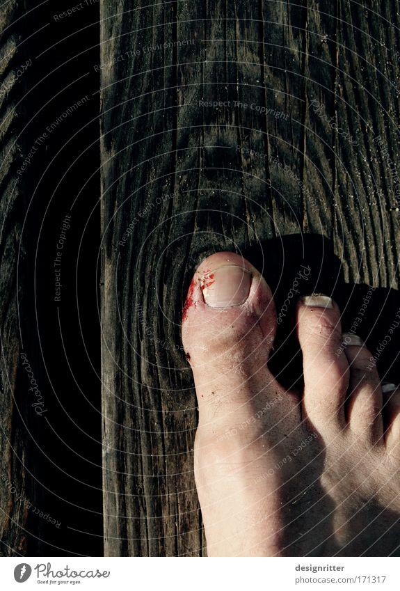 Autschn! Mann Erwachsene Holz Haare & Frisuren Beine Fuß Freizeit & Hobby Haut gefährlich stehen Gesundheitswesen Boden Vergänglichkeit Schmerz Gewalt Mut