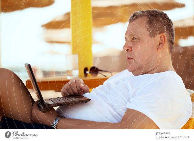 Bemannen Sie die Entspannung mit einem Laptop am Strandurlaubsort Mensch Ferien & Urlaub & Reisen Mann alt Sommer weiß Sonne Erholung ruhig Erwachsene Lifestyle