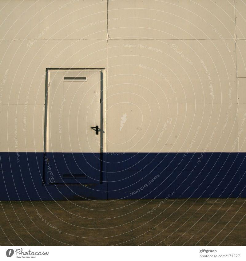 back door weiß blau Haus Arbeit & Erwerbstätigkeit Wand grau Mauer Gebäude Architektur Tür Industrie Industriefotografie Fabrik Streifen Handwerk